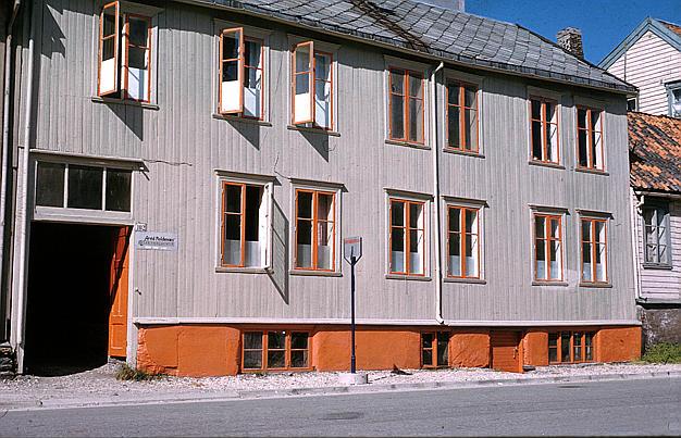 De graa søstre i Grønnegata 102 i Tromsø 1907 (bilde fra 1960)